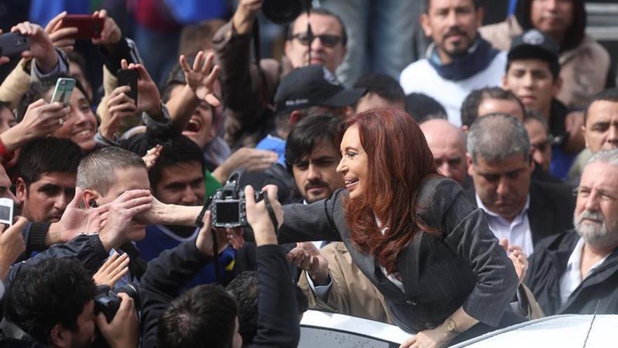Multitud de militantes reciben a Cristina Fernández a su vuelta a Buenos Aires