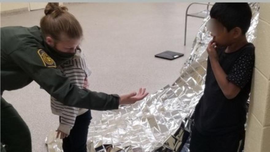 Rescatan a dos hermanos de 5 y 6 años solos en la frontera entre EE.UU. y México