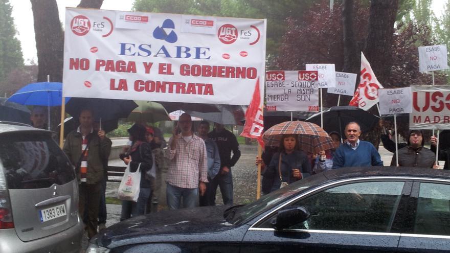 Trabajadores de limpieza y seguridad de Esabe y Sequor protestan por los retrasos en el cobro de sus nóminas.