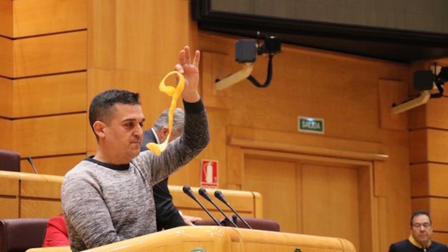 Carles Mulet muestra una cáscara de naranja durante una intervención en el Sendado