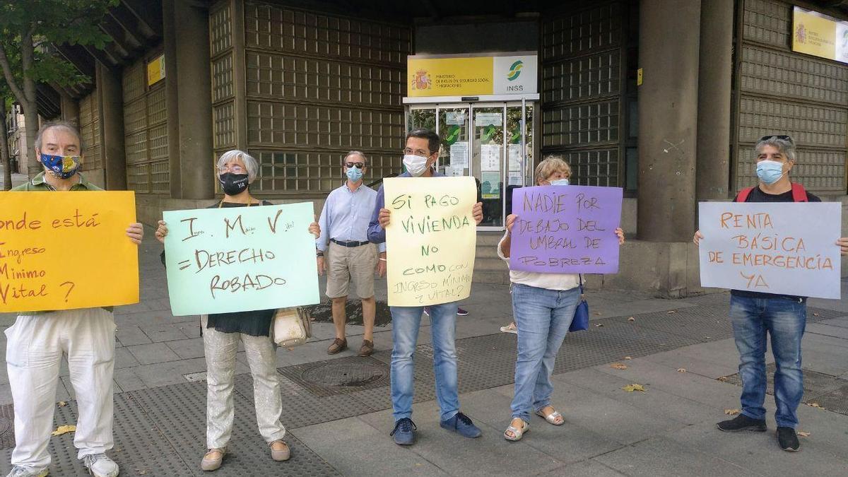 Demandantes del IMV en una de las concentraciones celebrada este martes en Madrid. Entre ellos, José Manuel, sin ingresos desde enero
