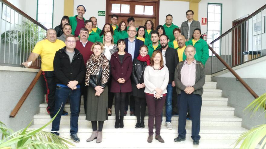 En la imagen, el grupo de participantes en el Programa de Formación en Alternancia con el Empleo Servicio de Conservación y Mejora del Monte con cargos públicos y técnicos.