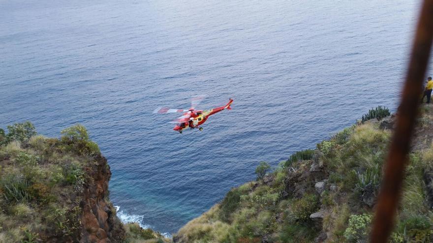 En la imagen, el helicóptero en el operativo de rescate.