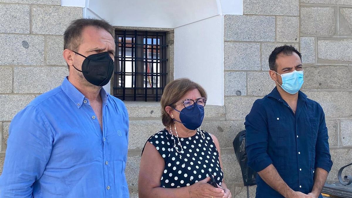 El portavoz adjunto del PP en la Diputación de Córdoba, Félix Romero (dcha.), junto al diputado Manuel Torres y la alcaldesa de Villanueva de Córdoba, Dolores Sánchez.