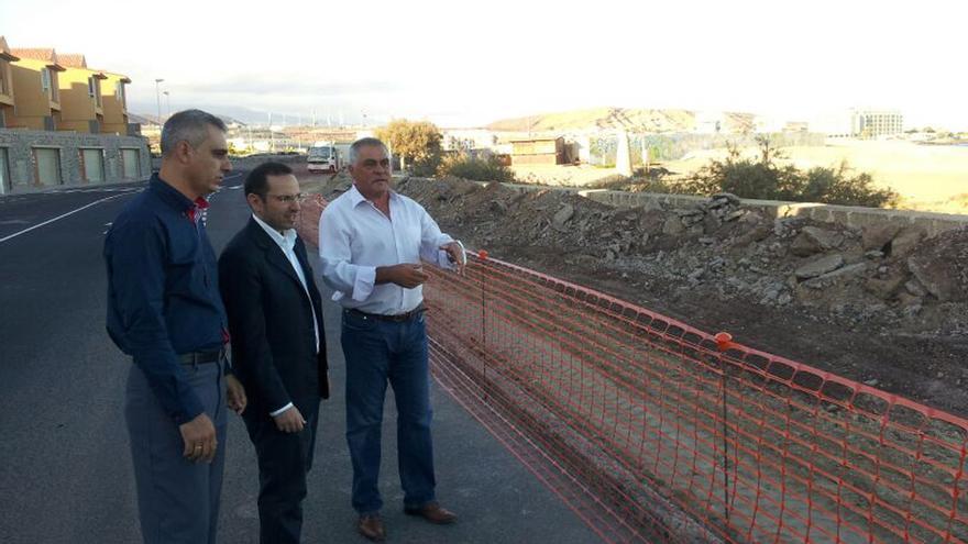El alcalde de Granadilla, Jaime González Cejas (d) junto al concejal de Urbanismo, Nicolás Jorge Hernández (c).