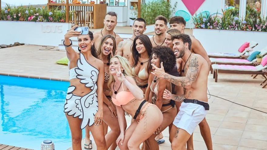 Pedroche con los concursantes de 'Love Island'