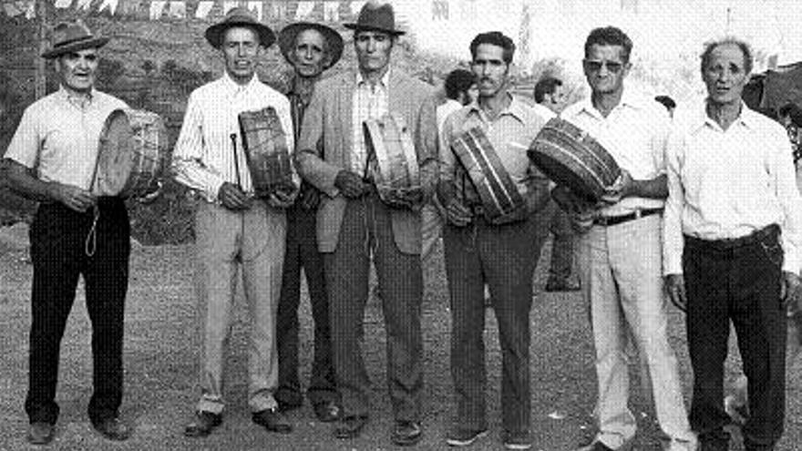 Antigua fotografía de tamboreros de Valle Gran Rey / foto: A. F. Chácaras y Tambores de Guadá