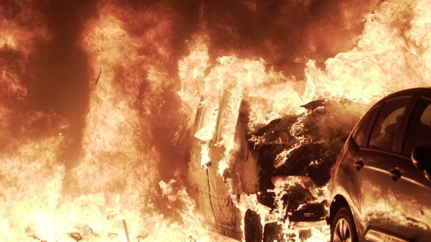 Un vehículo ardiendo en una nueva jornada de protestas en Catalunya