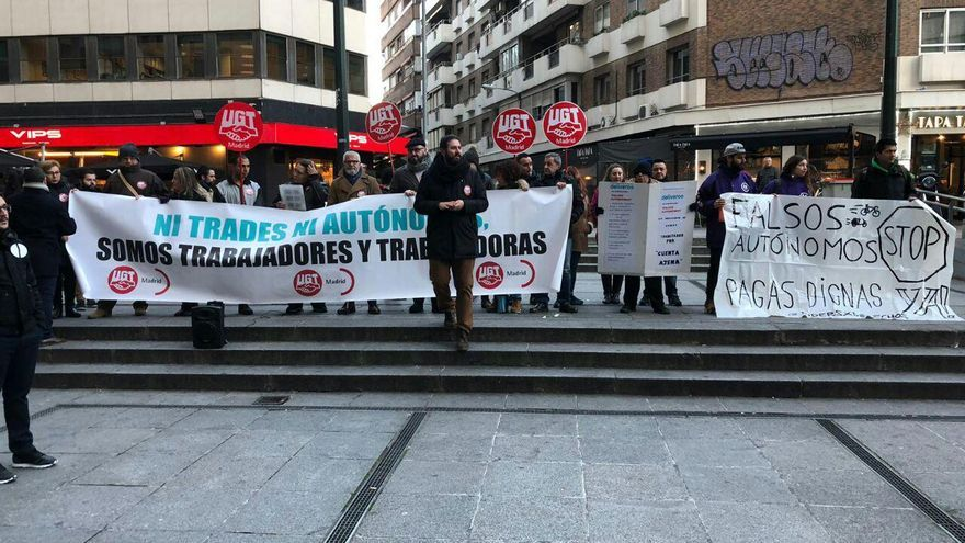Manifestación de un grupo de repartidores de Deliveroo y de UGT antes del juicio previsto para este lunes en Madrid tras denuncia de la Seguridad Social contra la plataforma.