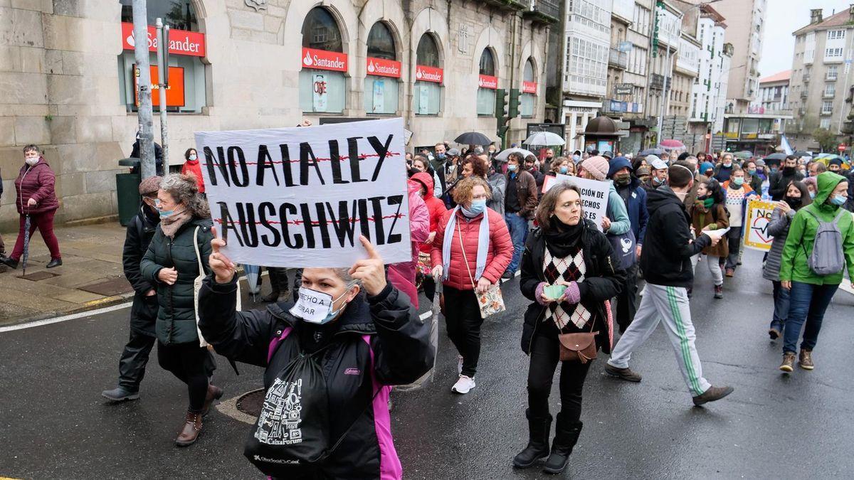 Centenares de negacionistas llegados de toda España se manifiestan en Santiago, algunos de ellos sin mascarilla o con ella bajada