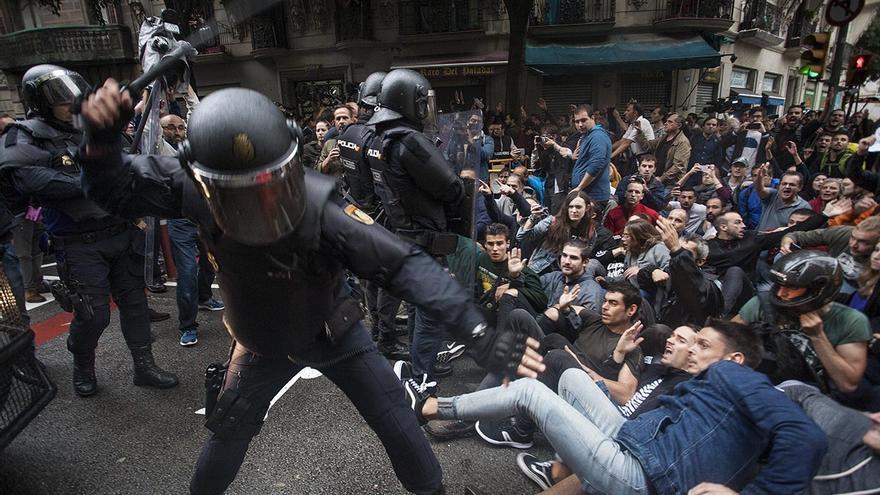 Cargas en calle Sardenya con Diputació a la salida del colegio Ramon Llull (Robert Bonet)