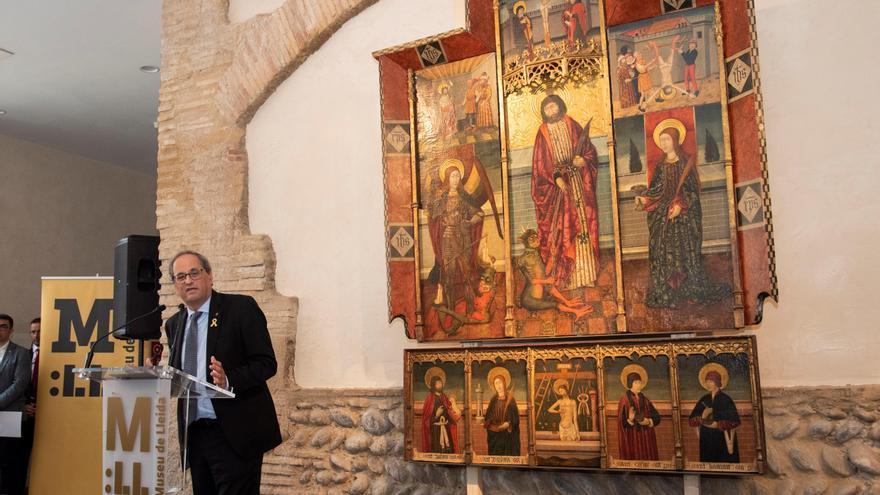 El presidente de la Generalitat de Catalunya, Quim Torra, delante del retablo gótico de Capella en el Museo de Lleida
