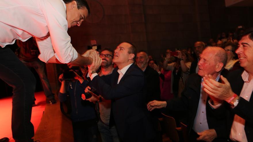 Pedro Sánchez saluda al alcalde de Las Palmas de Gran Canaria, Augusto Hidalgo