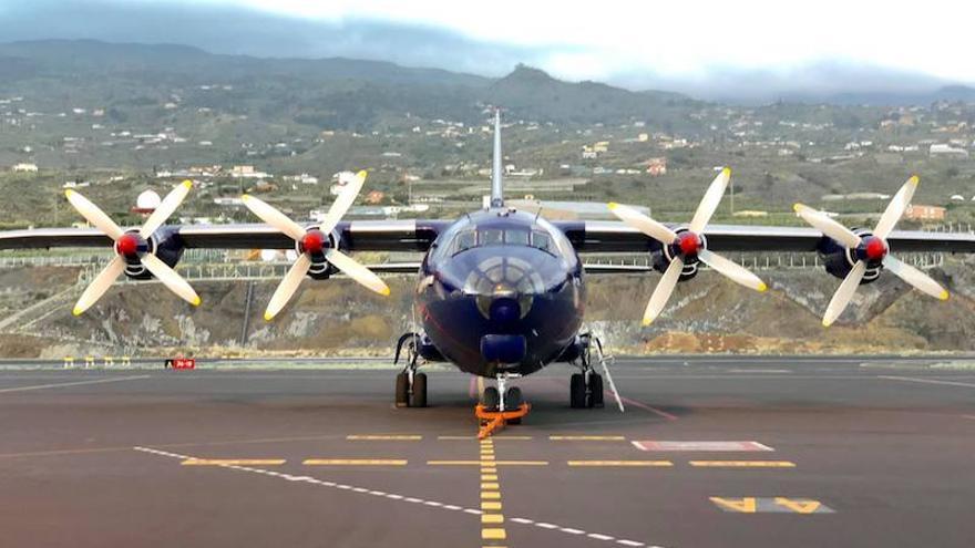 El avión en el Aeropuerto de La Palma.