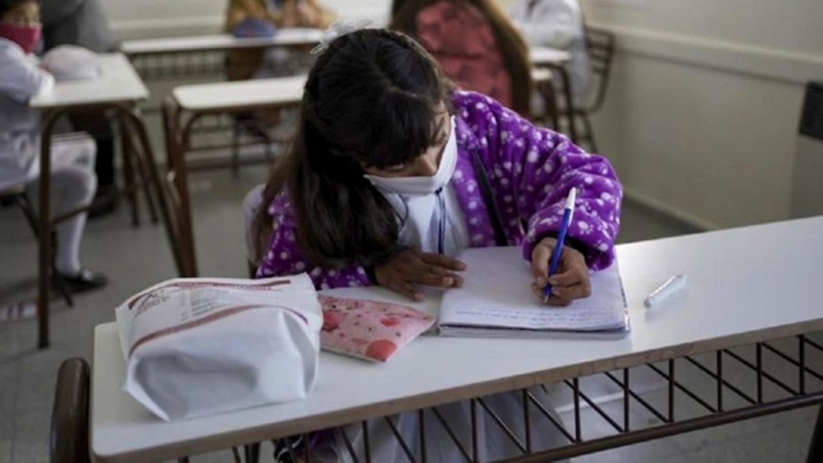 En Córdoba el gobierno provincial decidió que los 840 mil estudiantes y los 80 mil docentes de los tres niveles del sector público y privado sigan yendo a clases hasta el 30 de abril próximo.