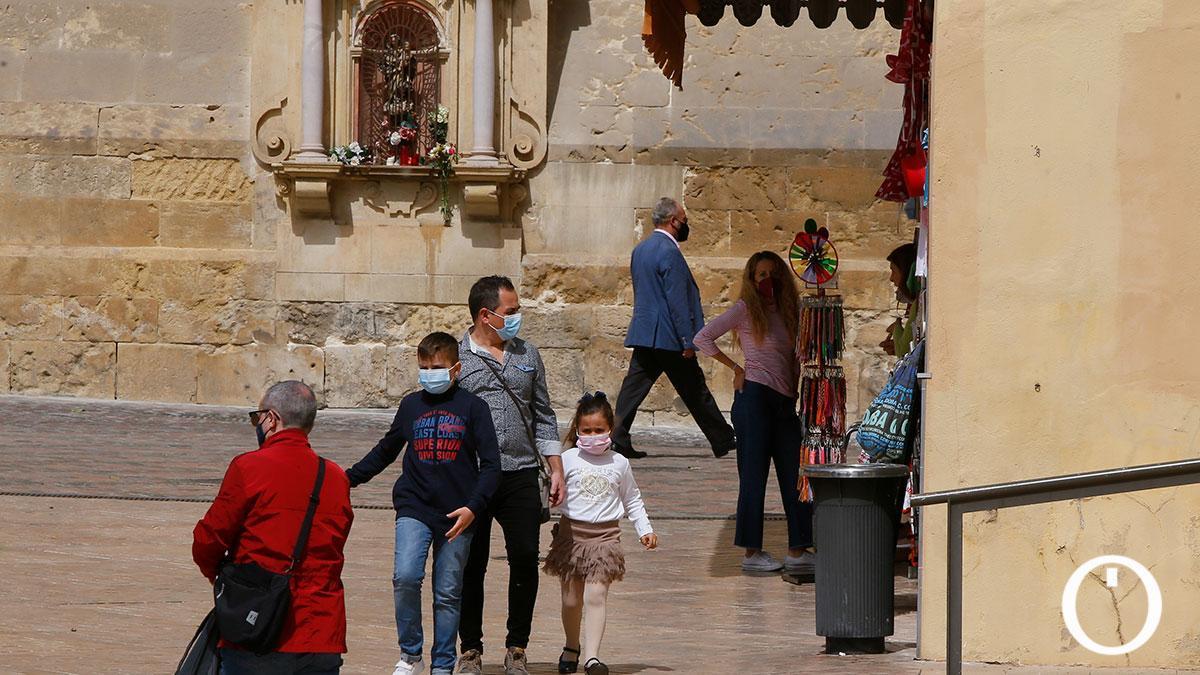 Turistas locales en el entorno de la Mezquita-Catedral
