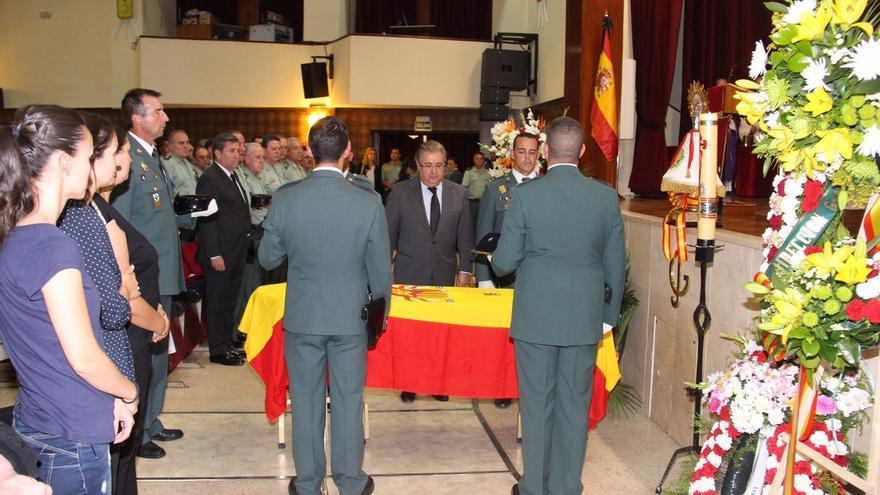 Zoido impone la Cruz al Mérito de la Guardia Civil con distintivo Rojo al agente que murió atropellado en la A-1