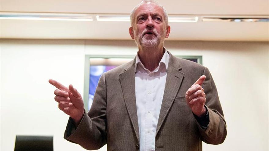"""Corbyn critica que May quiera """"competir"""" con Trump por bajar los impuestos"""