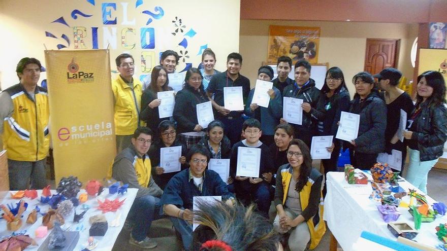 Delgado posa con sus alumnos junto a los miembros de la Alcaldía. (Fernando del Rosal).