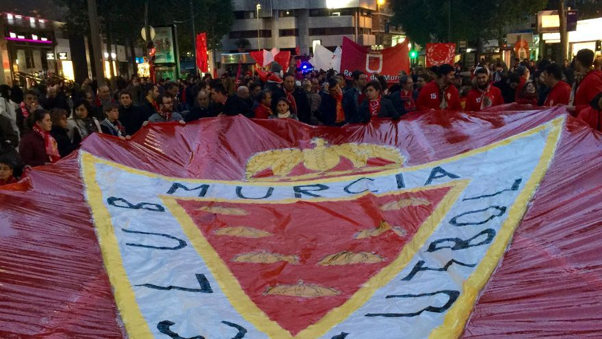 Aficionados sostienen el escudo del Real Murcia 7 MJA