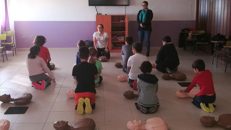 Un momento del taller en el que se impartieron  a escolares del CEIP José Luis Albendea y Gómez de Aranda conocimientos teóricos para el reconocimiento de una situación de parada cardiorrespiratoria.