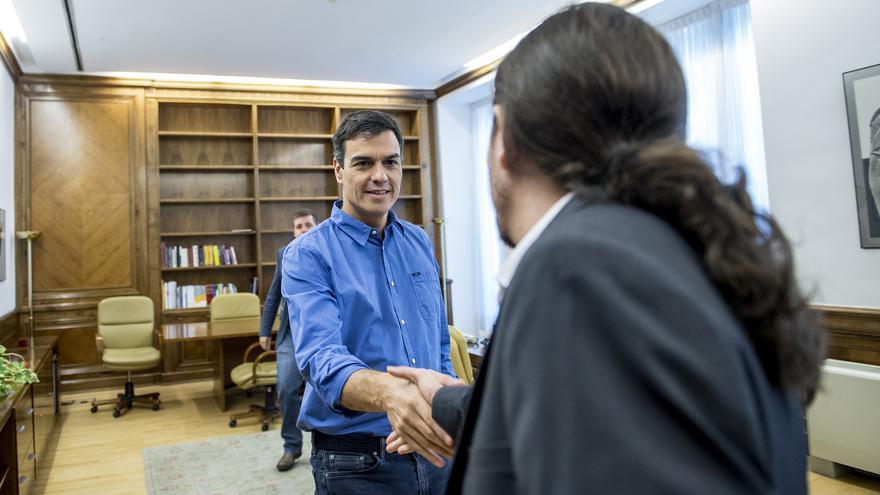 Pedro Sánchez saluda a Pablo Iglesias en su reunión en el Congreso la semana pasada.