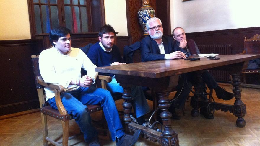 Pablo E. Jaén y Miguel Ángel Giménez, de A-DRY, flanquean a Alessandro Di Battista y Luis Alberto Orellana / Europa Press