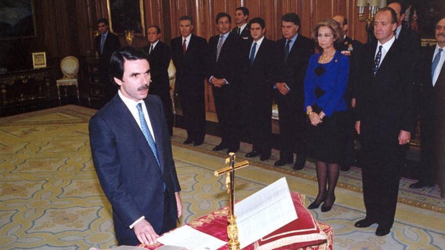 El expresidente Aznar jura su cargo ante un crucifijo