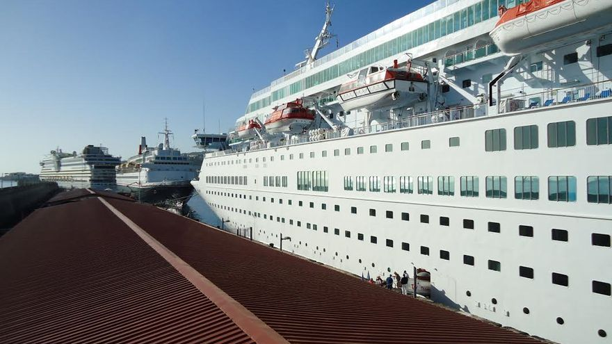 En la imagen, los tres buques, este miércoles, en el dique principal del Puerto de Santa Cruz de La Palma. Foto: La Palma Ahora.