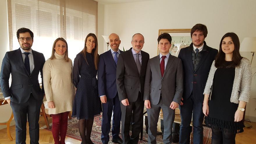 Daniel Kutner, embajador de Israel en España junto con los jóvenes políticos españoles.
