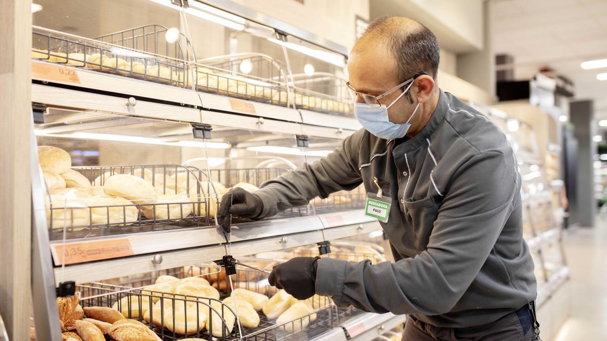 Un trabajador de Mercadona en un supermercado