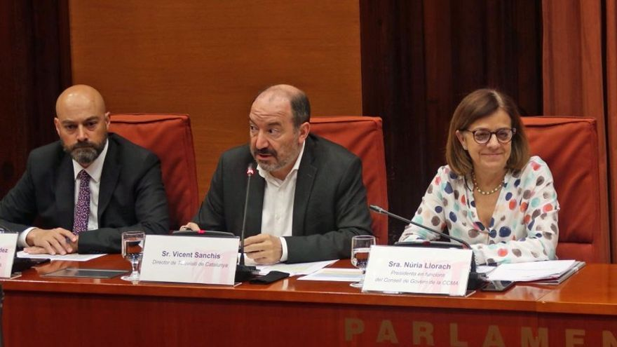 Gordillo (i), Sanchis (c) y Llorach (d), en el Parlament