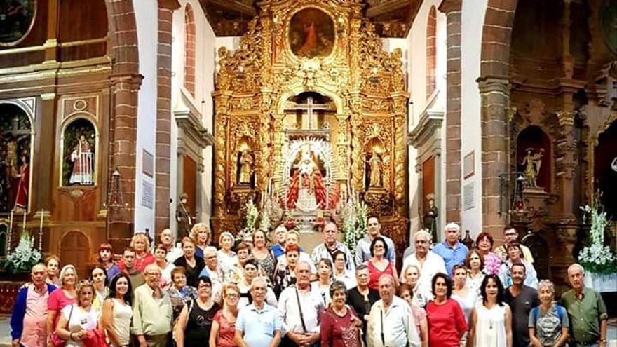 Los breñucos durante la visita a la Virgen de Candelaria.