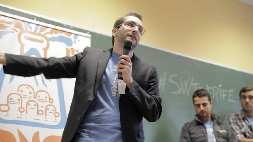 Francisco Cabrera en una presentación de su proyecto sobre una biblioteca virtual.