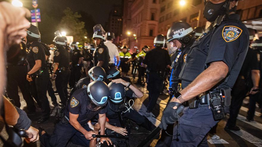La policía de Nueva York detiene a un manifestante durante las protestas contra el racismo y la violencia policial el pasado 4 de junio
