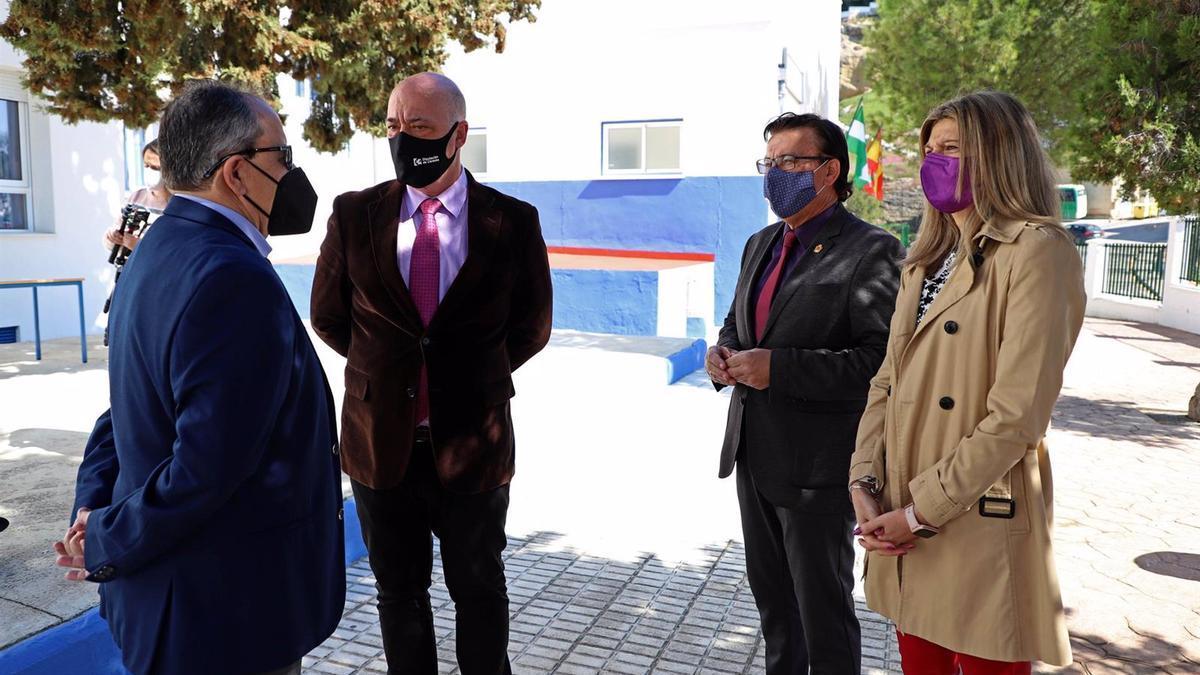 El presidente de la Diputación de Córdoba, Antonio Ruiz (segundo por la izda.), en su visita al colegio.