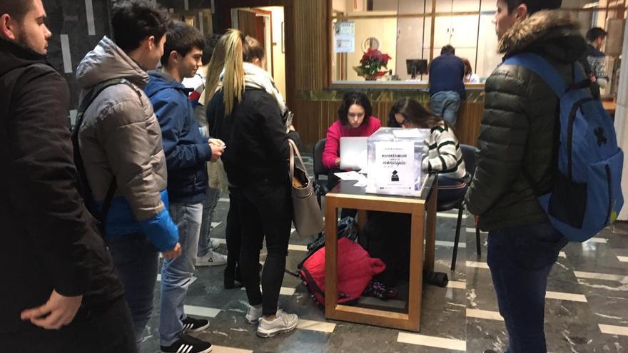 Varios alumnos votando durante la jornada del referéndum.