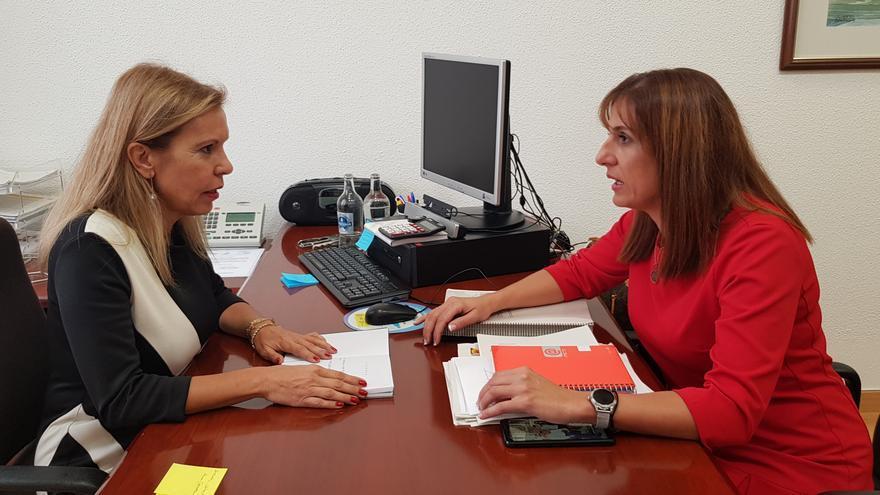 Itahisa Hernández, portavoz del PSOE en el Ayuntamiento de Barlovento, y Laly González, directora general de Centros, Infraestructura y Promoción Educativa del  Gobierno de Canarias.