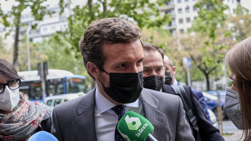 El presidente del PP, Pablo Casado, responde a los medios a su llegada a un acto. En Madrid, a 26 de abril de 2021, en Madrid, (España).