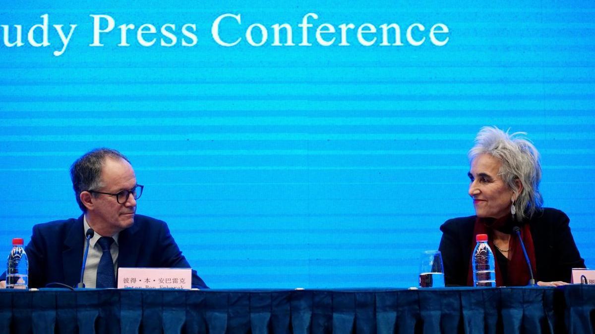 Peter Ben Embarek, jefe de la misión de la OMS en China, y Marion Koopmans, una de las expertas del panel
