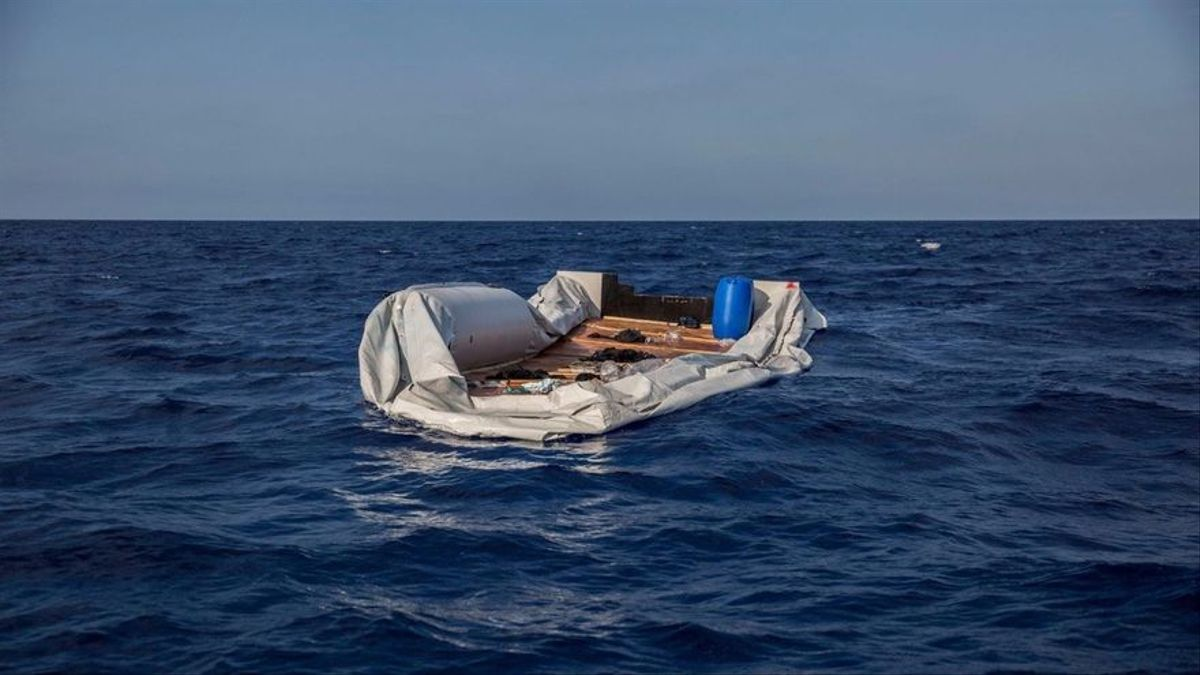 Patera semihundida en las aguas entre Italia y Libia. Junio 2018. Olmo Calvo