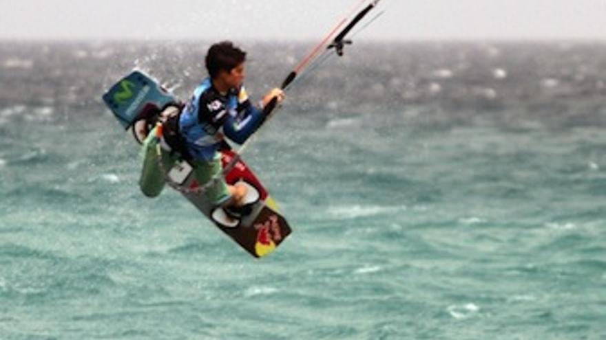 Una de las participantes vuela sobre las olas majoreras. (Acfi Press)