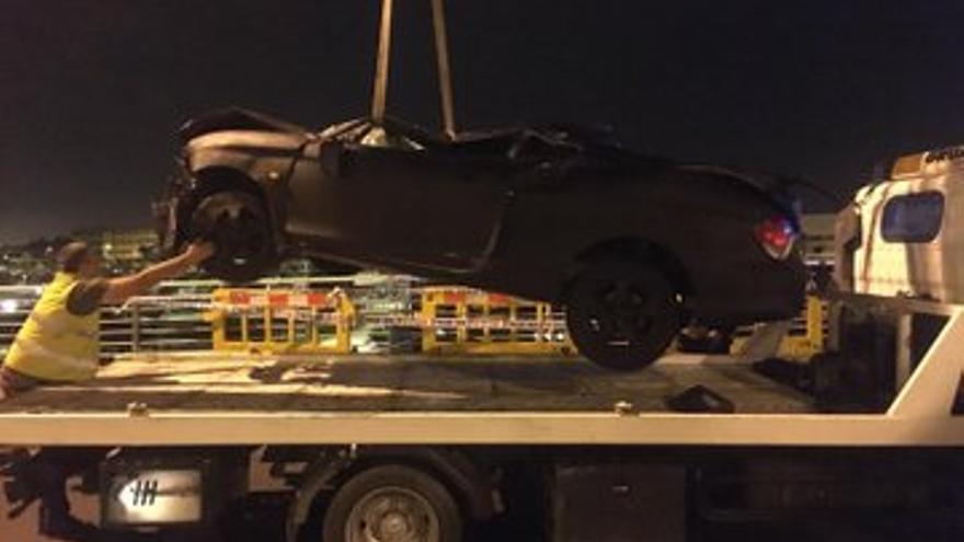 Remolque de un vehículo accidentado en la rotonda que enlaza la Avenida Guillermo Santana Rivero con el Puente de la Feria del Atlántico.