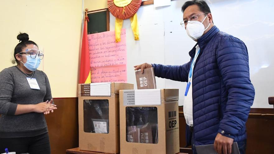 Luis Arce Catacora, presidente del Estado Plurinacional de Bolivia, emite su voto el domingo. Las elecciones subnacionales demostraron que el partido de gobierno, el MAS (Movimiento al Socialismo), es el único partido nacional, con representación y presencia en todas las regiones del país.