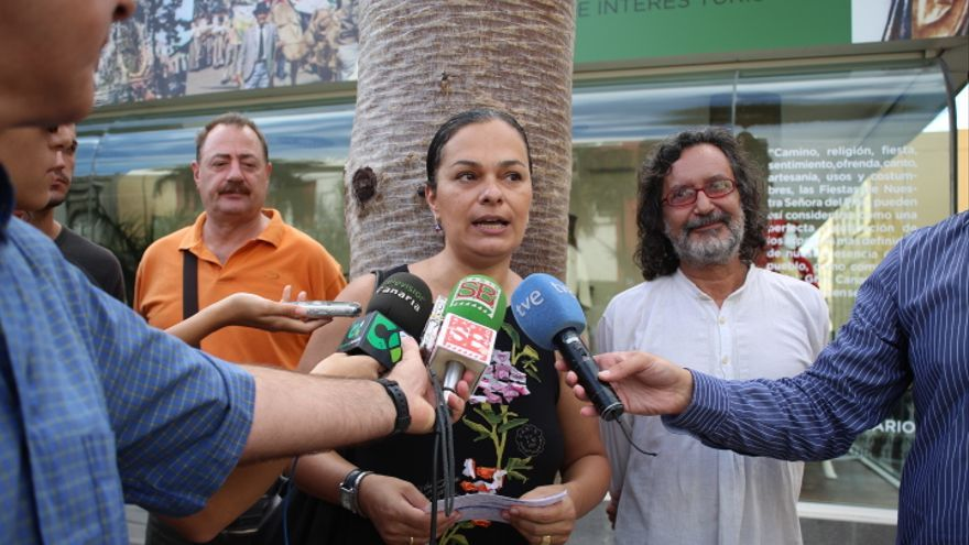 Ana Rodríguez y Javier Marrero, miembros de la plataforma ciudadana 'Por la adhesión de los municipios de canarias a la red de ciudades refugio'. (ALEJANDRO RAMOS)
