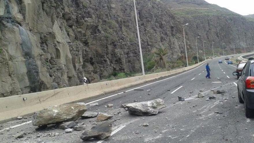 Caída de rocas en la GC-1 a la altura de La Laja. Foto: @PoliciaLPA.