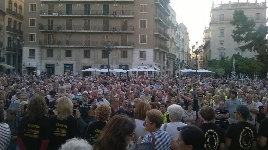 Cientos de personas se volvieron a concentrar en la plaza de la Vírgen este viernes, 3 de octubre / @avm3j