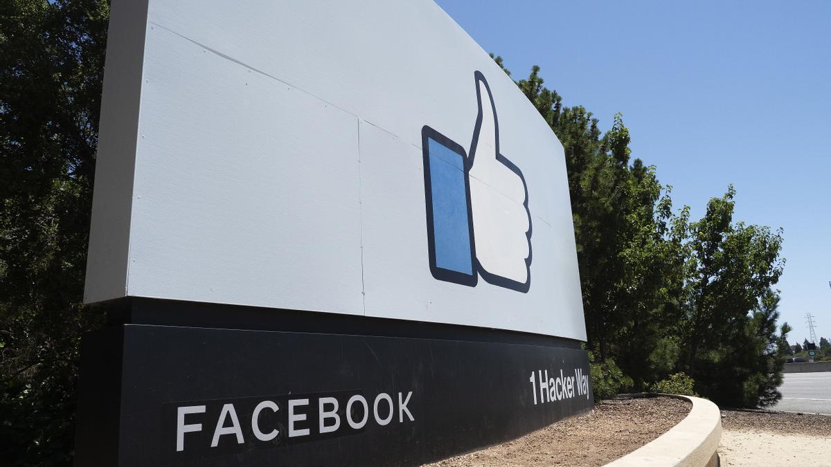 Los ingresos de Facebook durante los pasados doce meses se dispararon un 22 % hasta los 85.965 millones de dólares, casi la totalidad de los cuales (un 98 %) correspondieron a la venta de espacios publicitarios en internet y servicios relacionados con esta actividad. EFE/John G. Mabanglo/Archivo