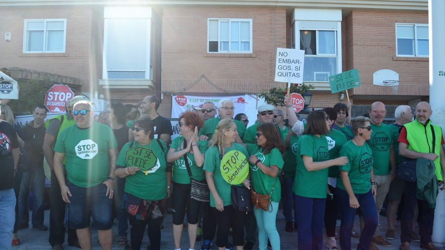Miembros de la PAH celebran la paralización de un desahucio en el barrio del Grau de Castellón.