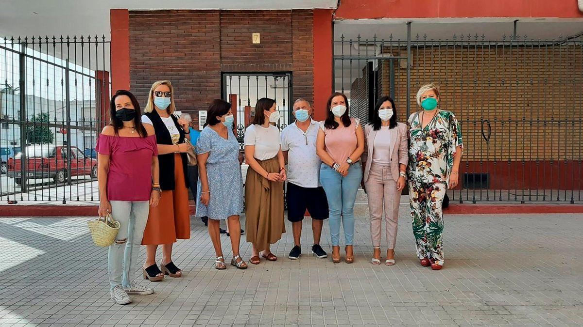 Visita de Casanueva a los bloques de viviendas rehabilitados.